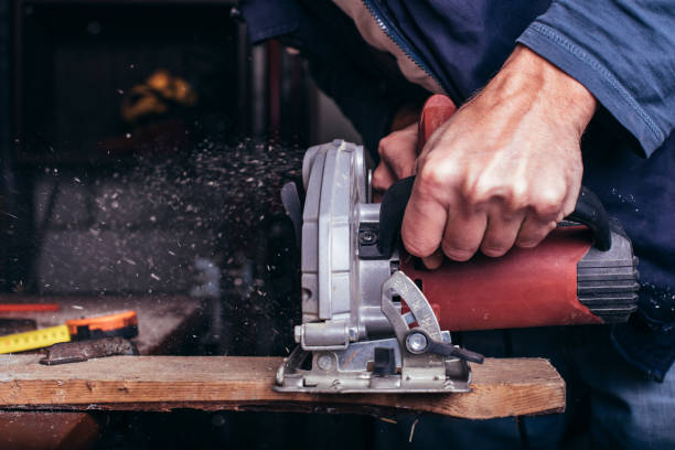 amateur timmerman maakt gebruik van de macht-saw - elektrisch gereedschap stockfoto's en -beelden