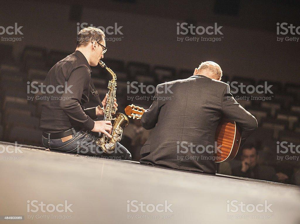 Amateur Jazz-band führt auf der Bühne – Foto