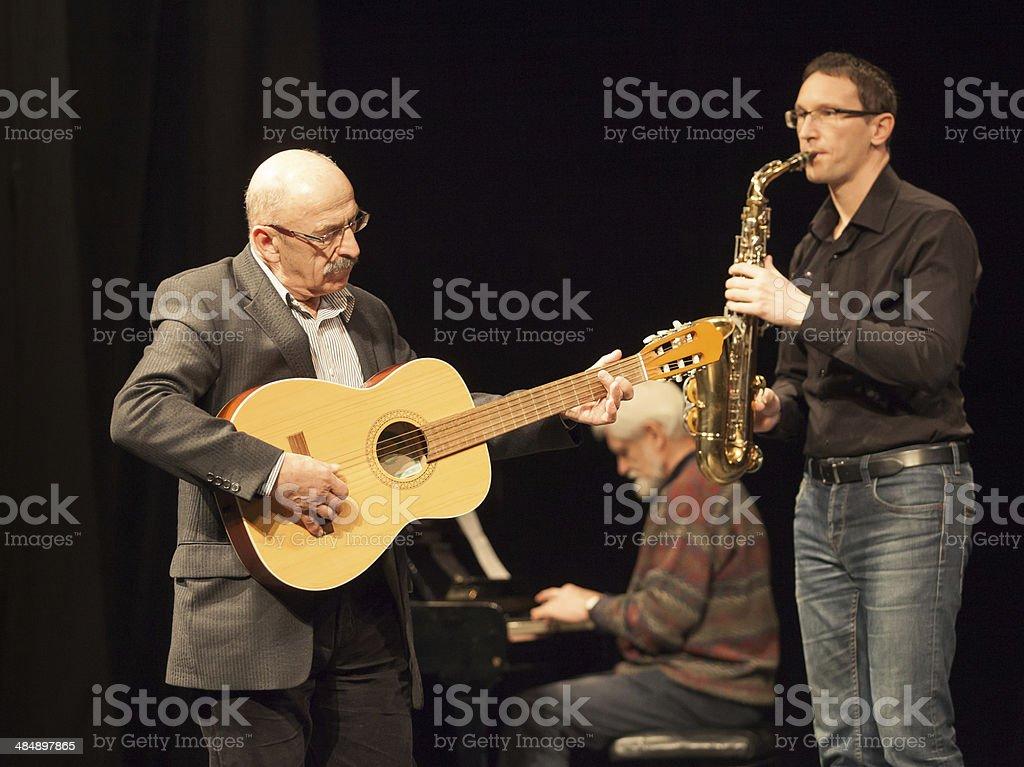 Amateur Jazz bando führt auf der Bühne – Foto