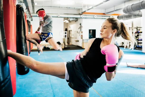 Amateur Kickboxer Training auf schwere Taschen – Foto