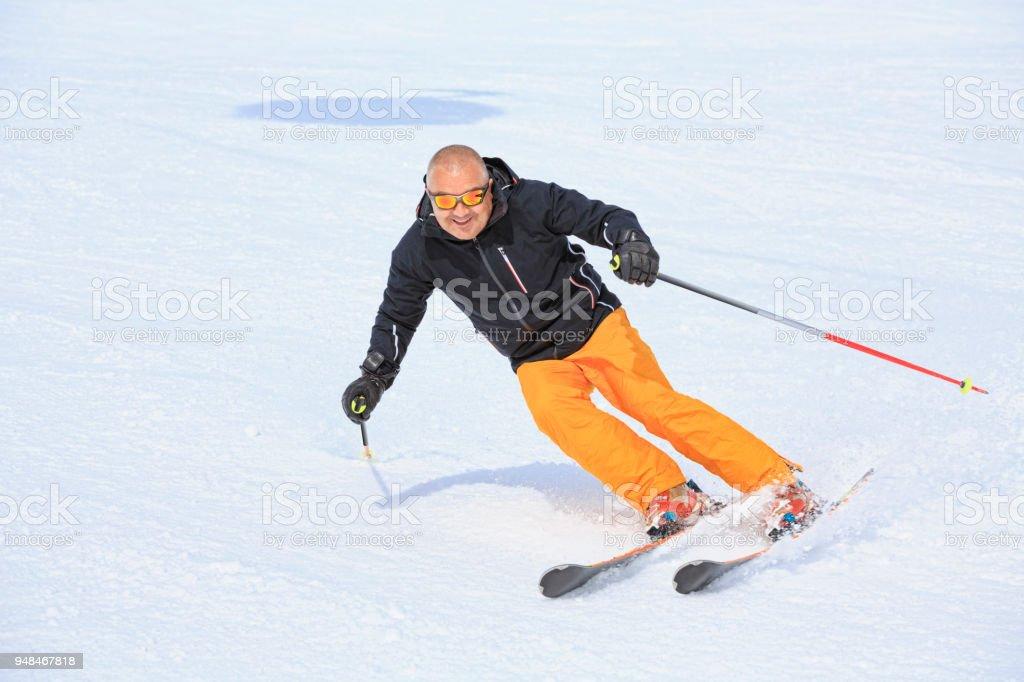 Amateur Wintersport Ski Alpin. Mann Schnee Ski Skifahren im sonnigen Skigebiet. Schneebedeckte Hochgebirgslandschaft.  Kronplatz, Berg der Dolomiten in Südtirol, Italien. – Foto