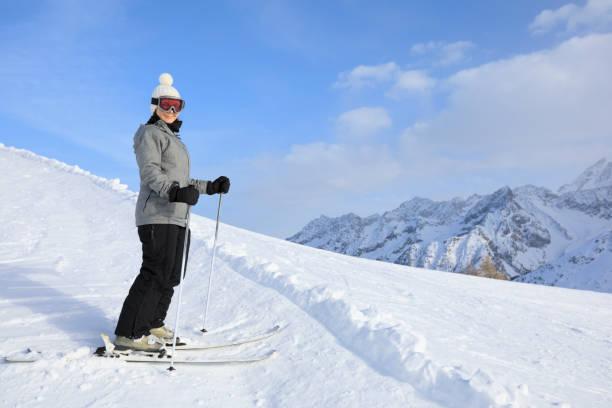 Amateur Wintersport junge Skifahrerin Skifahren im sonnigen Skigebiet Dolomiten in Italien – Foto