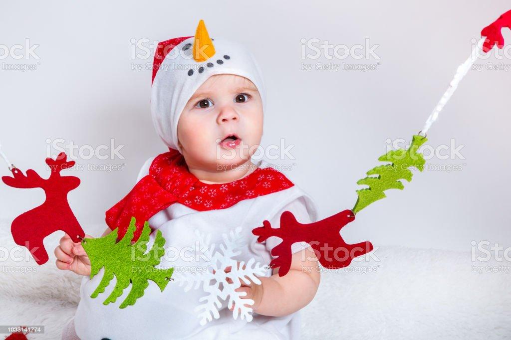 48d1a5f617f04 Stupéfié attrayante petite fille en costume de Noël s amuser. Portrait de  gros plan