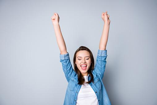Hayret Esmer Genç Iş Kadını Rahat Gömlekli El Zafer Kaldırdı Elleriyle O Gülümseme Gri Arka Plan Üzerine Açık Ağız Gülen Şok Son Derece Mutlu Kapalı Gözler Stok Fotoğraflar & Bağırmak'nin Daha Fazla Resimleri