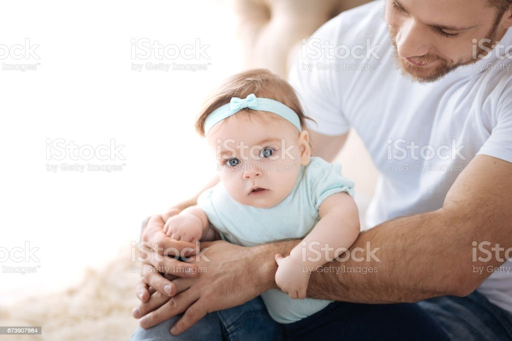 Amazed cute kid in the arms of the father foto de stock royalty-free