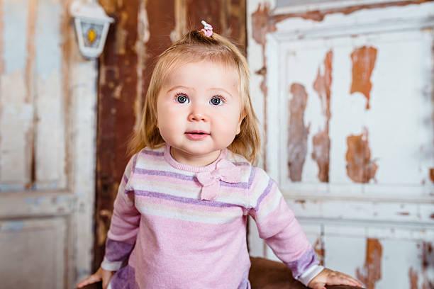 Lustig begeistert Mädchen mit großen Augen und weichen cheeks – Foto