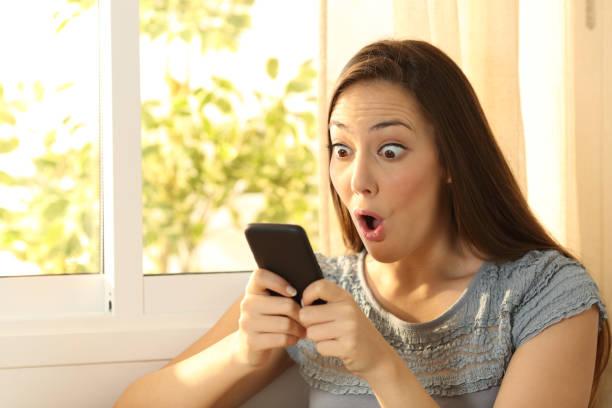 mädchen beobachten inhalte auf smartphone begeistert - schnell lesen lernen stock-fotos und bilder