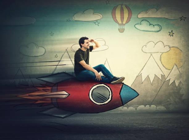 erstaunter kerl fliegt auf einer schnellen rakete, die die hand auf die stirn schaut weit weg nach einem urlaubsziel. aufgerufener mann auf der suche nach sommerurlaub. neues abenteuer starten. - zukunftswünsche stock-fotos und bilder