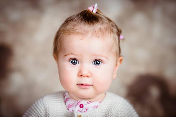 Begeistert Mädchen mit großen Graue Augen und weichen cheeks – Foto