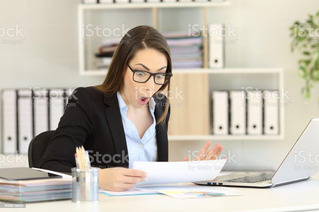 Sorprende leer informe ventas de empleado de oficina - foto de stock
