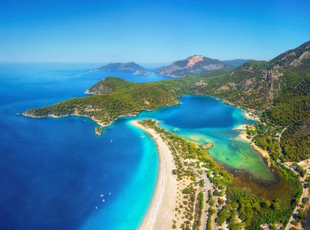 blue lagoon ölüdeniz, türkiye'de inanılmaz hava görünümünü. dağları, yeşil orman, masmavi su, kumlu plajı ve mavi gökyüzünde parlak güneşli bir günde, yaz yatay. arka plan seyahat. üstten görünüm. doğa - anadolu stok fotoğraflar ve resimler