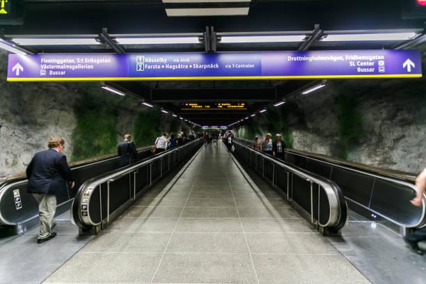 amazing art metro, interiör huvudsta station, rulltrappa i rock subway, stockholm, sverige - tunnel trafik sverige bildbanksfoton och bilder