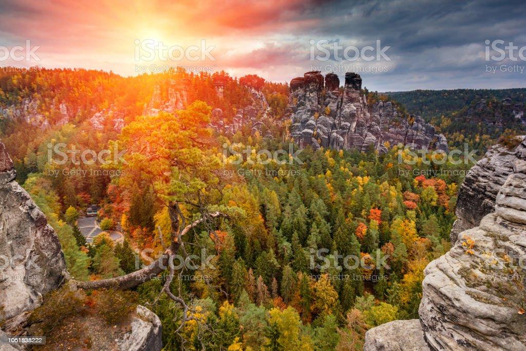 Tolle herbstliche Landschaft in Sachsen-Bastei-Mountains-Nationalpark. – Foto
