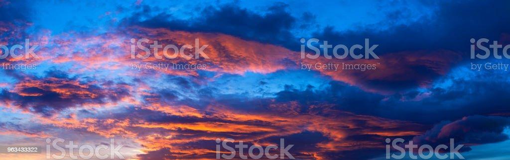 Niesamowite niebieskie i pomarańczowe niebo o zachodzie słońca - Zbiór zdjęć royalty-free (Bez ludzi)