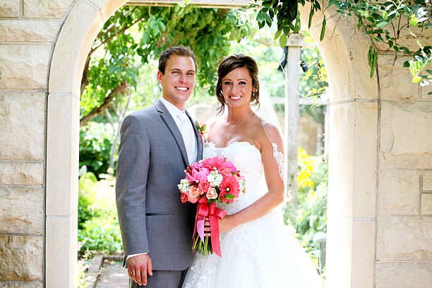 fantastische braut und bräutigam happy hochzeit kleid mit blumen - hochzeitsbilder stock-fotos und bilder