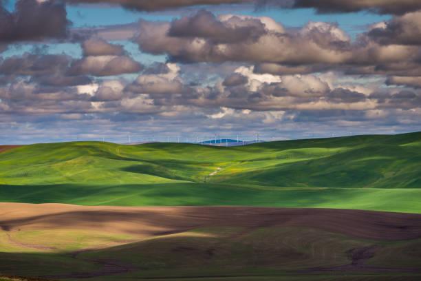 Increíbles nubes sobre los campos arados, un increíble dibujo de la tierra. - foto de stock