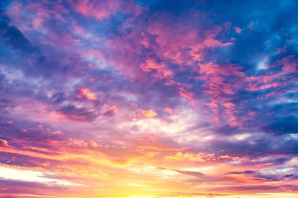 удивительный облачный пейзаж на небе. - sunset стоковые фото и изображения