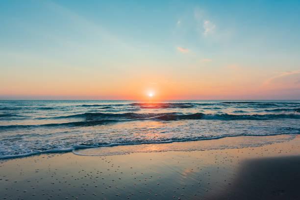 fantastiska färgglada sunrise till sjöss - vattenlandskap bildbanksfoton och bilder