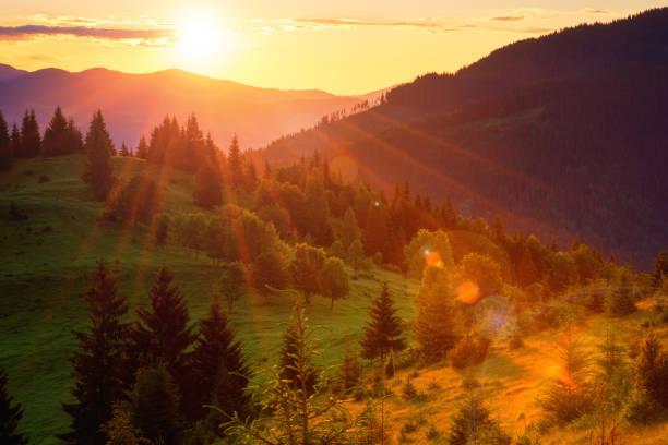 Erstaunliche Farben des Sonnenuntergangs in den Bergen, Sommer Naturlandschaft – Foto