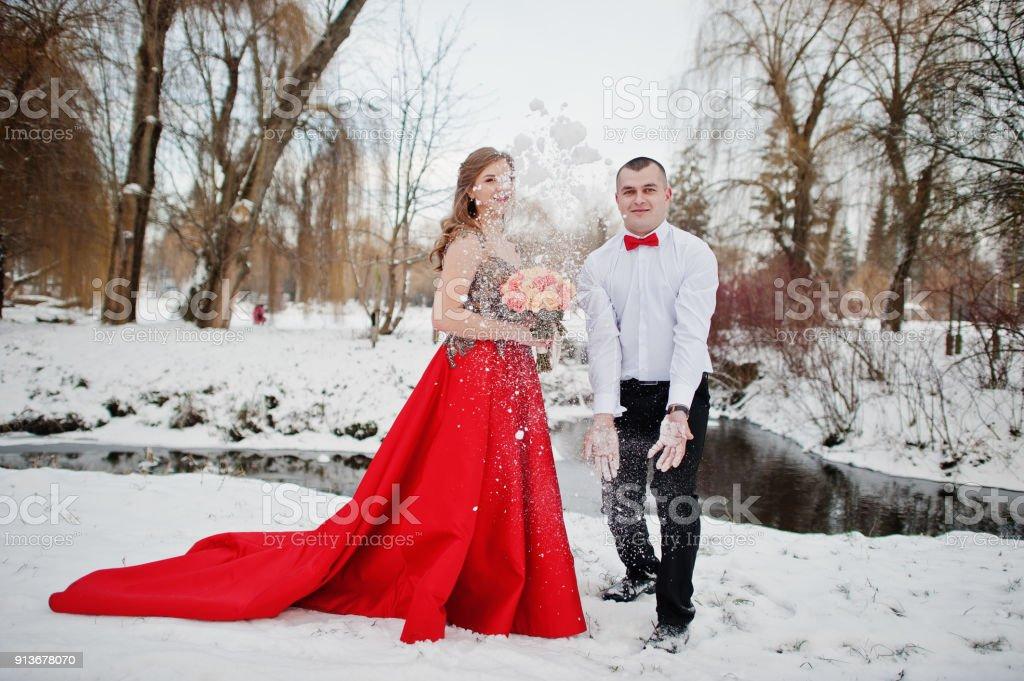 Jurk Voor Bruiloft Winter.Geweldige Paar In Winter Sprookjesbos In Liefde Meisje In De Rode