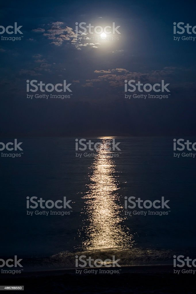 Bella Luna Piena Sul Mare Fotografie Stock E Altre Immagini Di