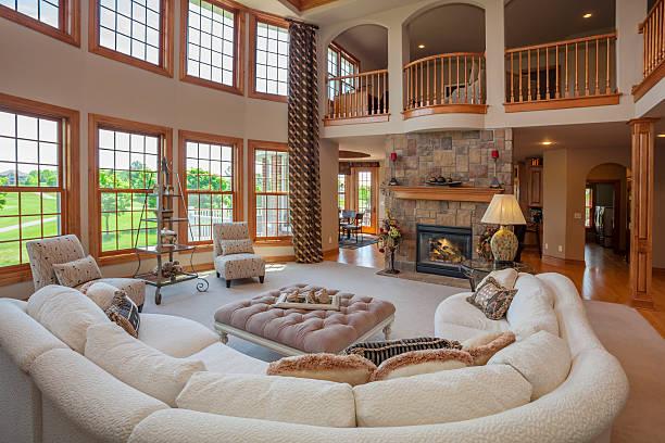 fantastischen great room mit balkon auf der zweiten etagen - große wohnzimmer stock-fotos und bilder