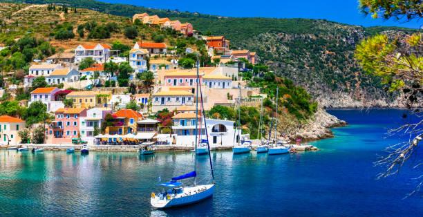 놀라운 그리스-그림 같은 다채로운 마 kefalonia에 아소스 - 이오니아 해 뉴스 사진 이미지