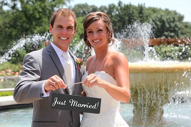 fantastische happy nur verheiratete paar hochzeit kleid - hochzeitskleid marken stock-fotos und bilder