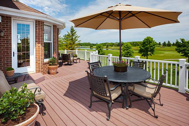 fantastische home patio-deck mit blick auf den golfplatz - outdoor sonnenschutz stock-fotos und bilder