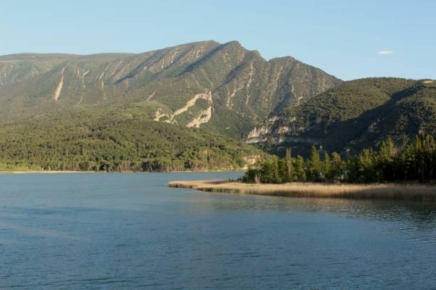 Increíble lago en Catalunya - foto de stock