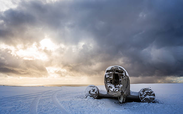 amazing landscape of plane on beach, vik, Iceland northern lights over plane wreck on the wreck beach in Vik, Iceland sólheimasandur stock pictures, royalty-free photos & images