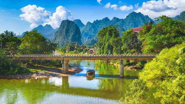 beeindruckende landschaft des flusses zwischen den bergen. laos. panorama - vang vieng stock-fotos und bilder