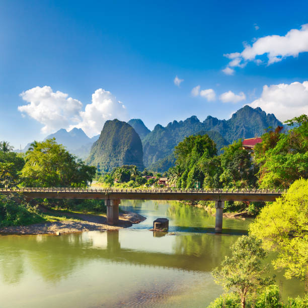 beeindruckende landschaft des flusses zwischen den bergen. laos. - vang vieng stock-fotos und bilder