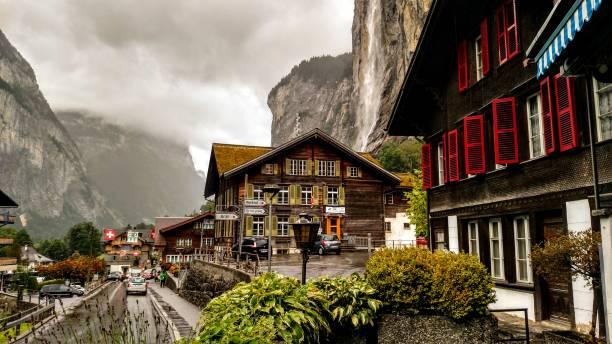 erstaunliche lauterbrunnen stadt mit hohen klippen, berner oberland, schweiz, europa - alvarez stock-fotos und bilder