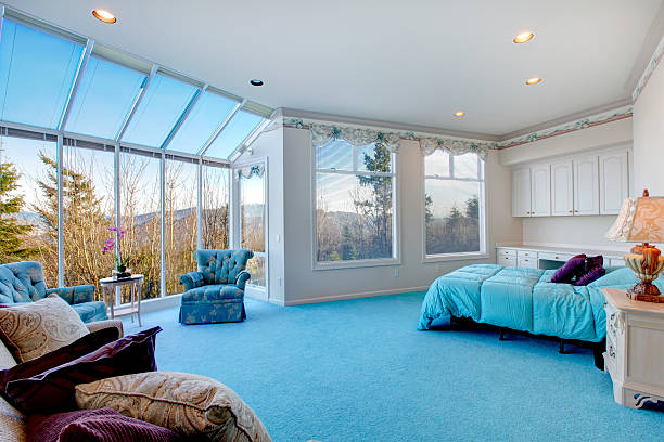 fantastische licht blau und weiß gehaltenen schlafzimmer mit glaswand - teppich hellblau stock-fotos und bilder