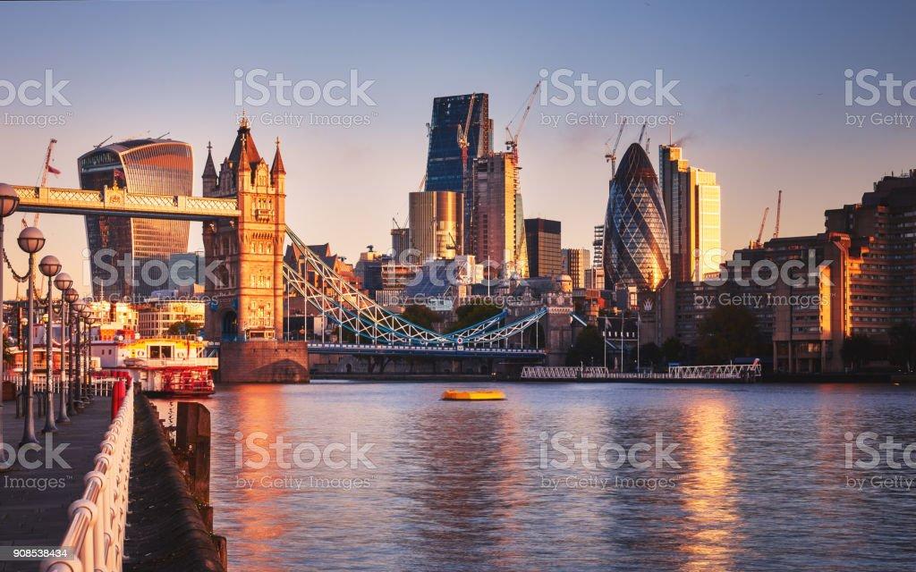 Erstaunliche London Skyline mit Tower Bridge bei Sonnenaufgang – Foto