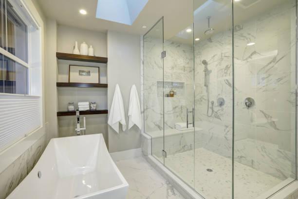 Incrível a casa de banho com duche de vidro grande - foto de acervo