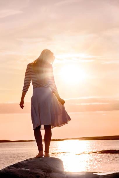 erstaunliches foto von frau silhouette am strand mit sonnenuntergang - damen rock pink stock-fotos und bilder