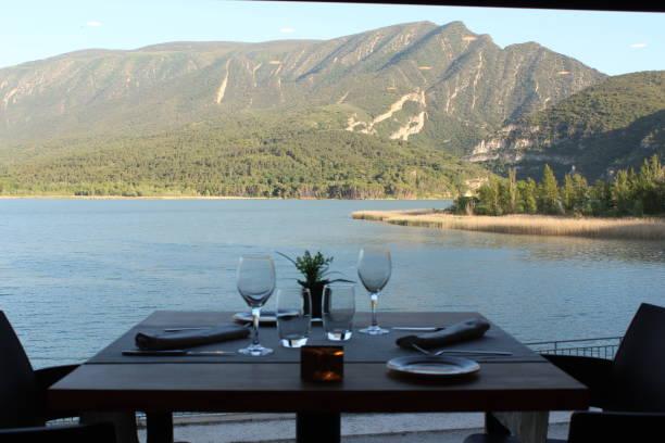 Increíble restaurante cerca del lago - foto de stock
