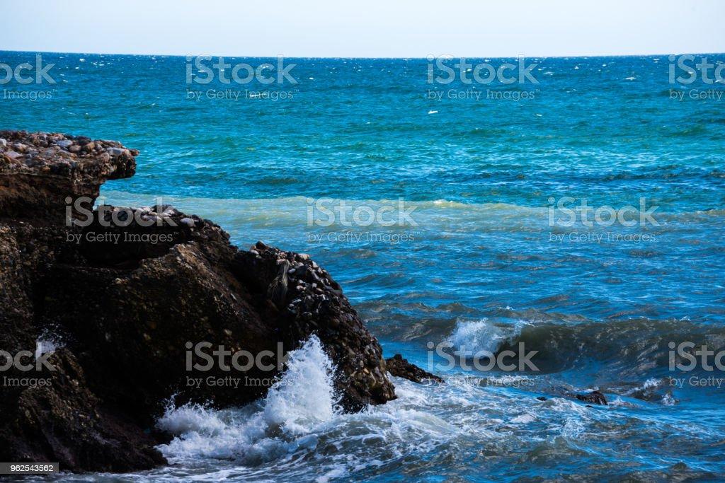 Maravilhosas sobre o mar com ondas de verão azul e rochas, relaxante vista de rochas e água, - Foto de stock de Azul royalty-free