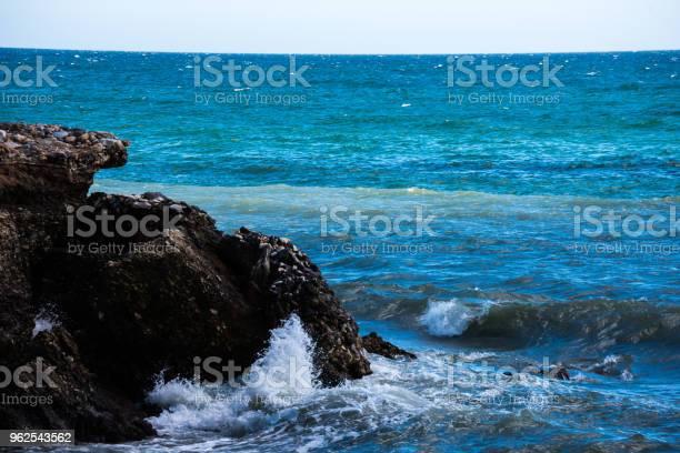 Foto de Maravilhosas Sobre O Mar Com Ondas De Verão Azul E Rochas Relaxante Vista De Rochas E Água e mais fotos de stock de Azul