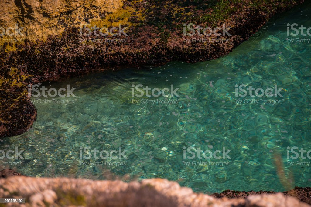 Maravilhosas sobre o mar com ondas de verão azul e rochas, relaxante vista de rochas e água - Foto de stock de Azul royalty-free
