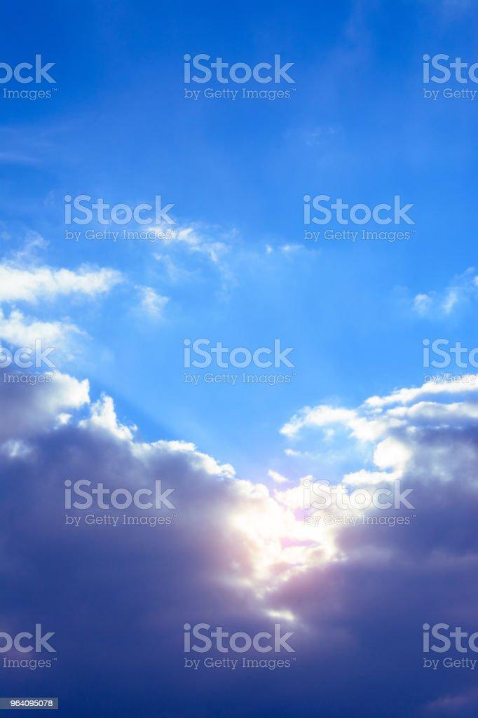 すばらしい空の魅力的な穏やかな雲とオレンジ色の太陽 - ウクライナのロイヤリティフリーストックフォト