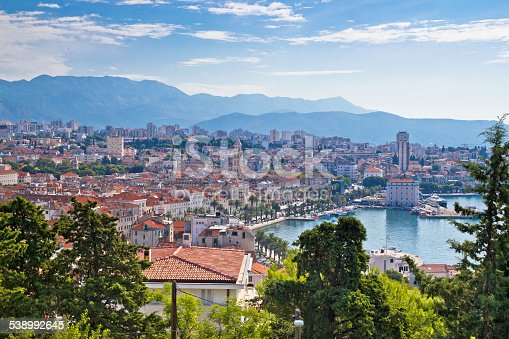 istock Amazing Split waterfront aerial view 538992645