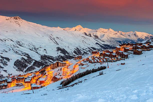 erstaunliche sonnenaufgang und ski-resort in den französischen alpen, europa - hotel alpenblick stock-fotos und bilder