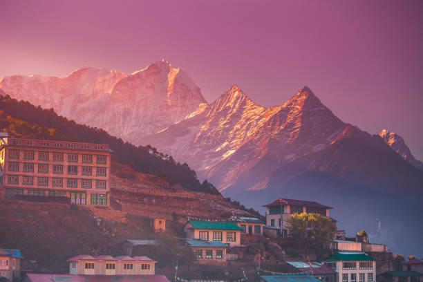 fantastischen sonnenaufgang blick auf dorf namche bazar - nepal tibet stock-fotos und bilder