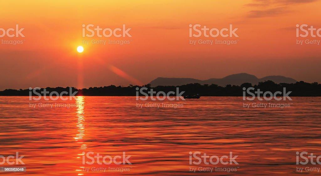 Incrível pôr do sol no Rio Paraguai no Pantanal, Brasil - foto de acervo