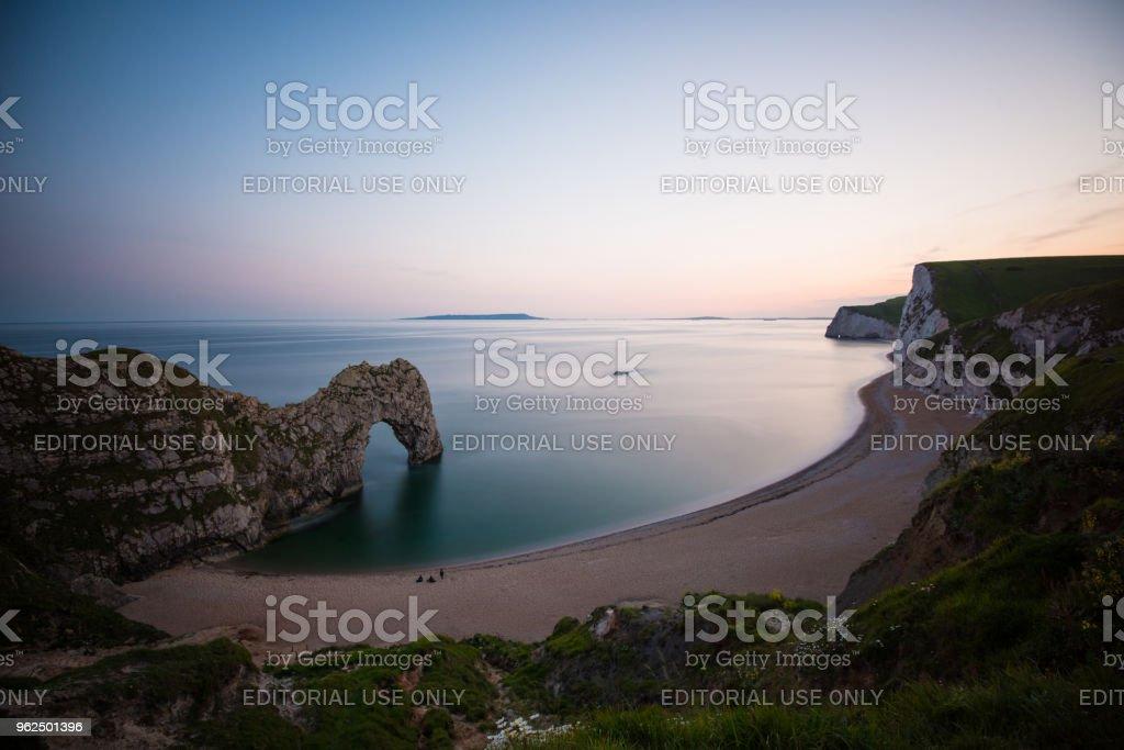 Pôr do sol incrível por Durdle porta na Inglaterra (XXXLarge) - Foto de stock de Arco natural royalty-free