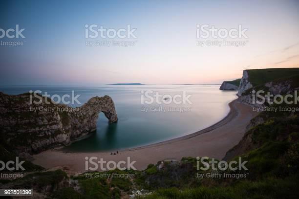 Foto de Pôr Do Sol Incrível Por Durdle Porta Na Inglaterra e mais fotos de stock de Arco natural