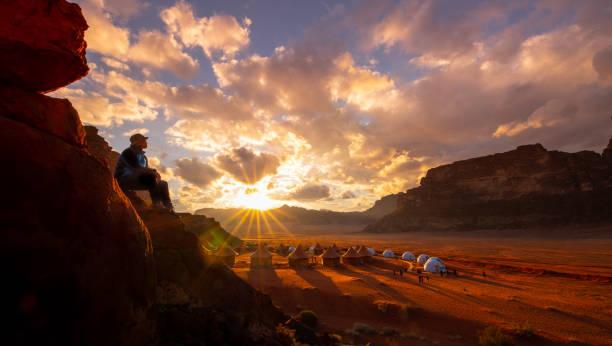 magnifique coucher de soleil dans le désert de wadi rum - jordan photos et images de collection